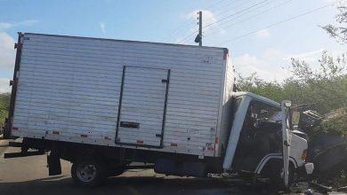 Photo of Acidente entre dois caminhões deixa motorista preso às ferragens na AL 115; veja vídeo