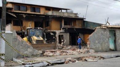 Photo of Após risco de desabamento, casa que pegou fogo é demolida, em Maceió