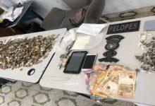 Photo of Suspeito de tráfico de drogas é preso com mais de R$2.300, entorpecentes e celular