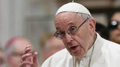 """Photo of Papa critica hipócritas que """"falam de paz e vendem arma"""""""