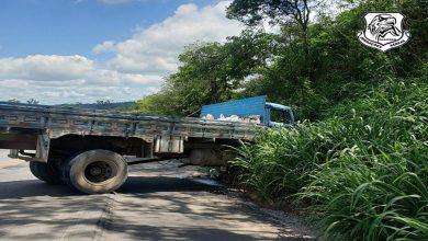 Photo of Caminhão perde freio, bate em barranco e três ficam feridos em São Miguel dos Campos