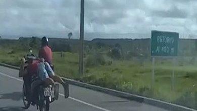 Photo of Vídeo: policiais flagram motociclista pilotando 'deitado' na rodovia AL-101 Sul