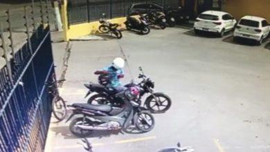 Photo of Vídeo flagra motociclista furtando em estacionamento de supermercado em Arapiraca