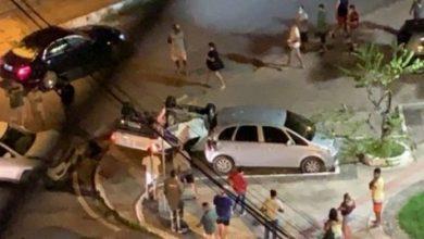 Photo of Veículo capota após colisão no bairro da Ponta Verde