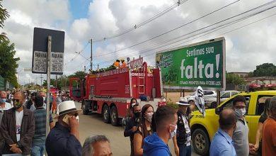 Photo of Cortejo com corpo de prefeito de Arapiraca é seguido por centenas de pessoas; veja imagens