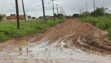 """Photo of [Vídeo] Moradores colocam faixas pedindo socorro para """"sair da lama"""" em Arapiraca"""