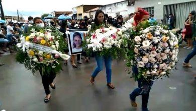 Photo of Com homenagens, população de Maravilha sepulta a pequena Ana Beatriz