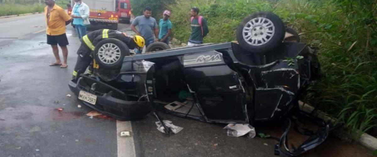 Carro-capotou-na-BR-104-e-duas-pessoas-ficaram-feridas-—-©-CBM