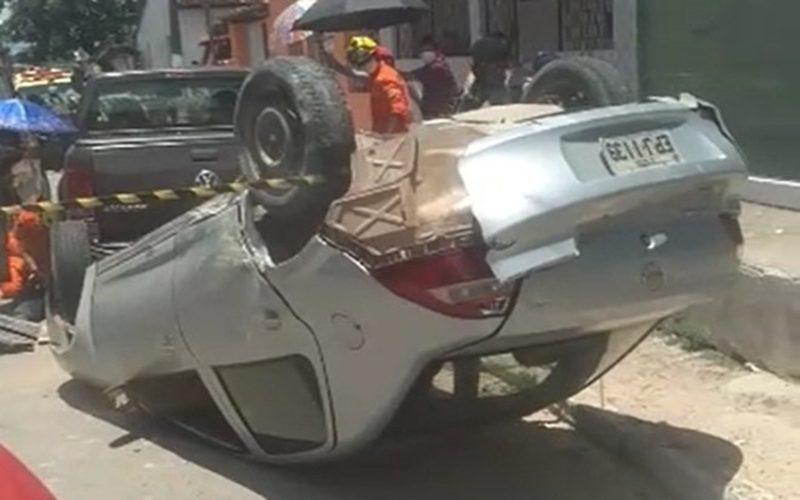 Carro-desce-ladeira-desgovernado-atropela-pedestres-e-capota-em-Satuba-—-©-Reproducao