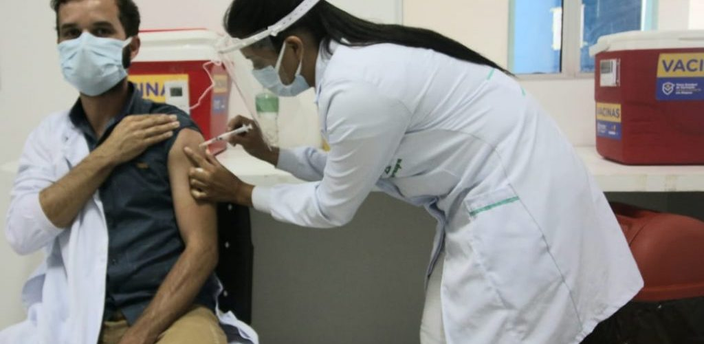 Enfermeiro-Adervan-Leao-atua-no-Hospital-de-Emergencia-do-Agreste-e-foi-o-primeiro-da-unidade-a-ser-vacinado_FOTO_Aline-Silva-4-1024x650