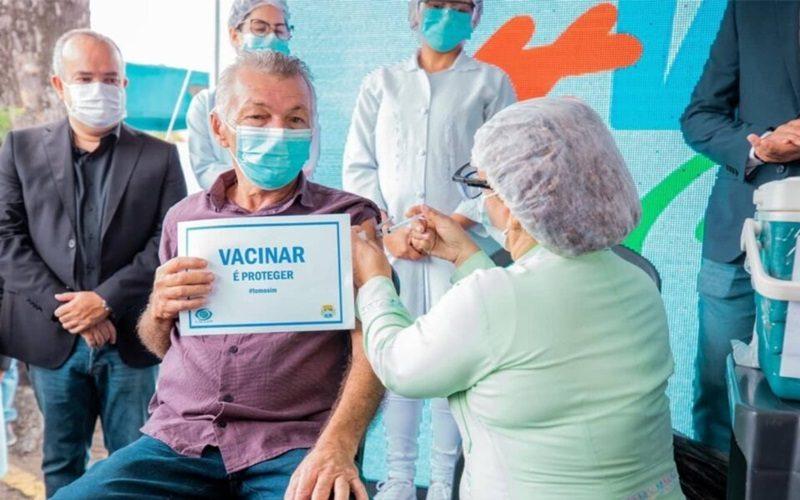 Idoso-vacinado-contra-covid-19-em-Maceió-Foto-Secom-Maceió-960x640