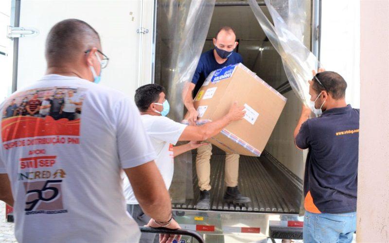 Remessa-com-doses-das-vacinas-CoronaVac-e-Pfizer-chegam-a-Alagoas-na-tarde-desta-segunda-30_FOTO_Carla-Cleto-1-1024x681-1