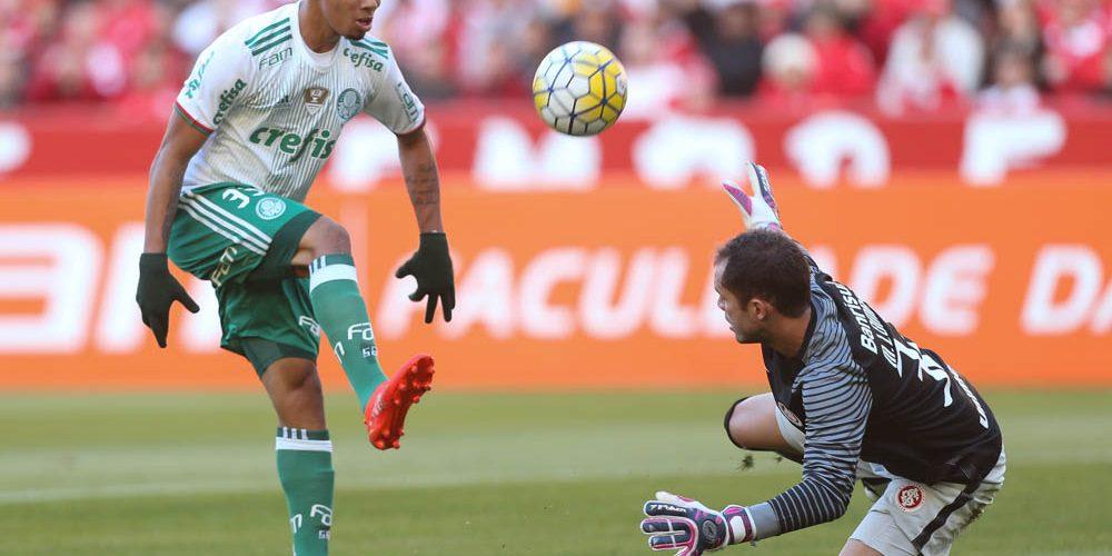 O jogador Gabriel Jesus, da SE Palmeiras, disputa bola com o goleiro Marcelo Lomba, do SC Internacional, durante partida válida pela décima quinta rodada, do Campeonato Brasileiro, Série A, no Estádio Beira-Rio.