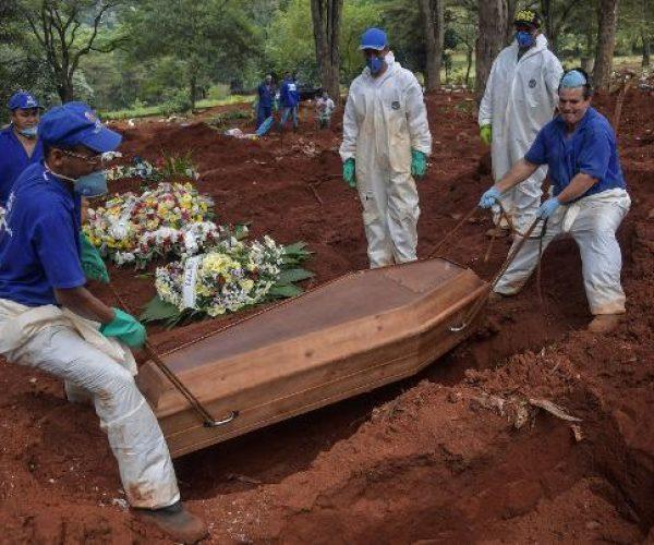 caixao-de-vitima-da-covid-19-e-enterrado-por-funcionarios-do-cemiterio-da-vila-formosa-em-sao-paulo-1585836943235_v2_600x1