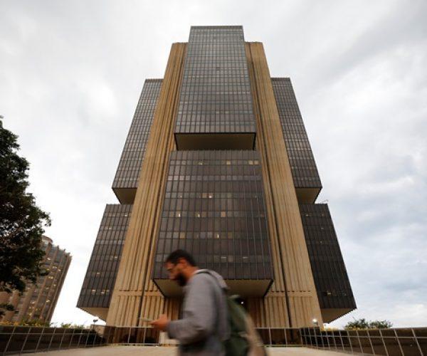 Homem caminha em frente à sede do Banco Central, em Brasília 29/10/2019 REUTERS/Adriano Machado