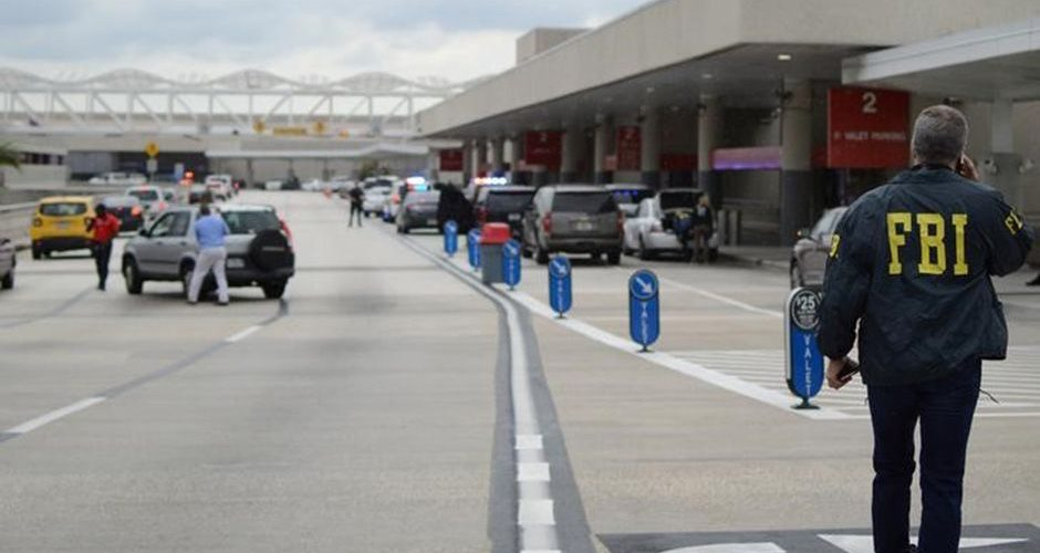 Autoridades caminham do lado de fora de um terminal do aeroporto de Fort Lauderdale, onde um homem abriu fogo com uma arma 06/01/2017 REUTERS/Zachary Fagenson