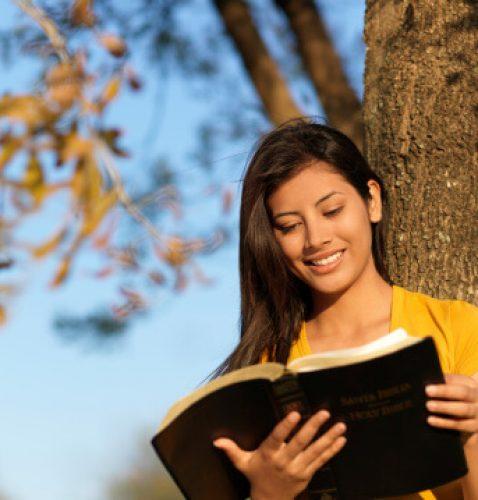 moca-lendo-biblia