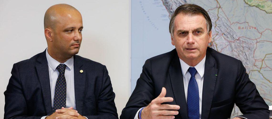 O presidente Jair Bolsonaro faz transmissão ao vivo ao lado do líder do governo na Câmara, Major Vitor Hugo.