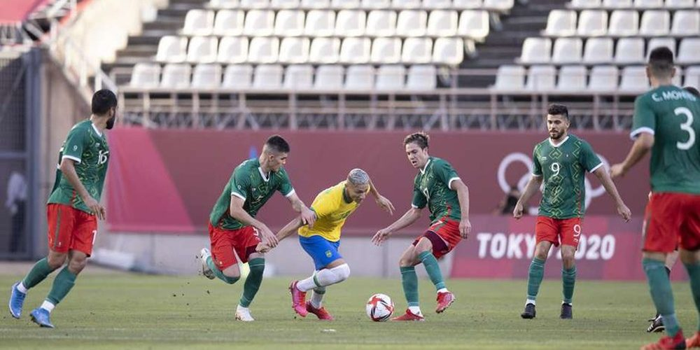 richarlison-encara-a-marcacao-dos-jogadores-mexicanos-nesta-terca-feira-na-semifinal-dos-jogos-olimpicos-de-toquio-lucas-figueiredo-cbf