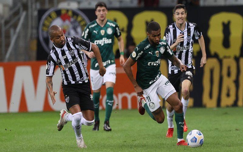 O jogador Wesley, da SE Palmeiras, disputa bola com o jogador Mariano, do C Atlético Mineiro, durante partida válida pela décima sexta rodada, do Campeonato Brasileiro, Série A, no estádio Mineirão. (Foto: Cesar Greco)